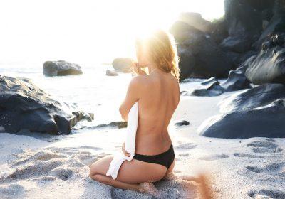 Soleil, eau et cheveu : ce qu'il faut savoir