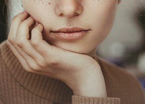 Eviter les boutons visage menton dus au port du masque rituel clean beauty